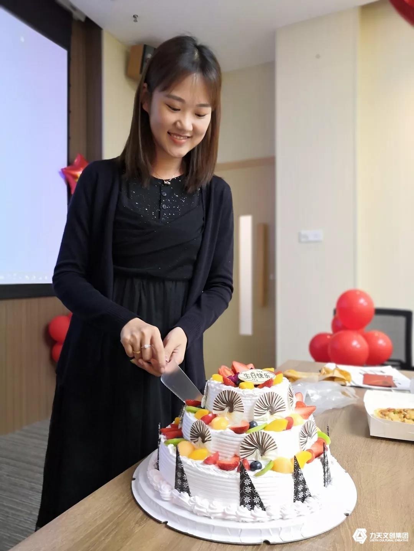 力天寿星 员工生日会 我和我的祖国  切蛋糕