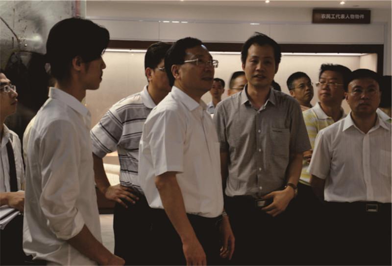 广州市委副书记陈如桂与力天展览公司主要负责人探讨农民工博物馆设计方案