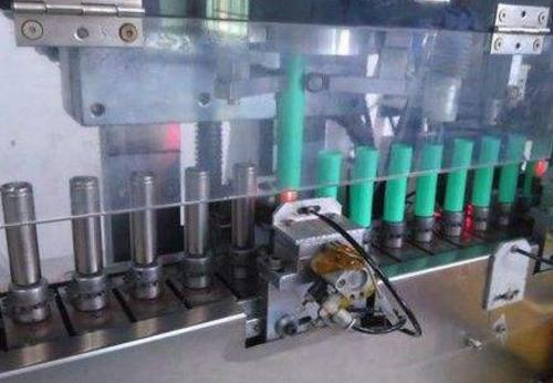 Method for spot welding cap of cylindrical lithium battery
