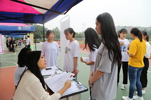 用人单位与学生交流