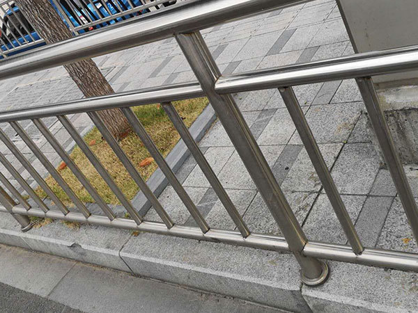不锈钢管应用之在户外护栏的使用