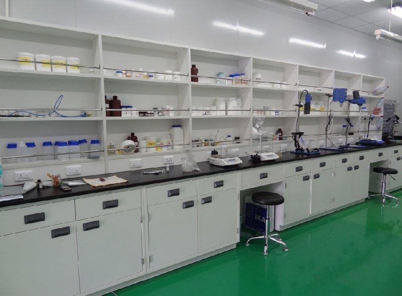 德翔实验台厂家为某药厂定制的全钢边实验台6
