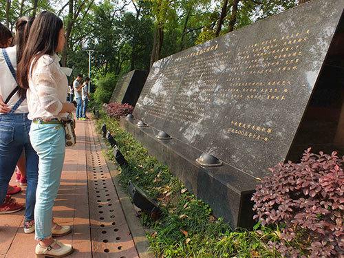 参观烈士墓