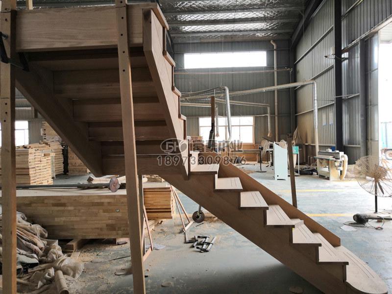 深圳實木樓梯紅橡木樓梯拼裝中。