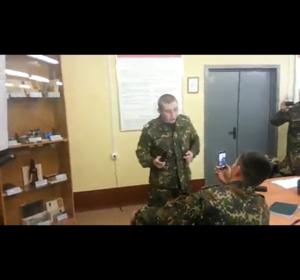国外士兵测试电棍威力视频
