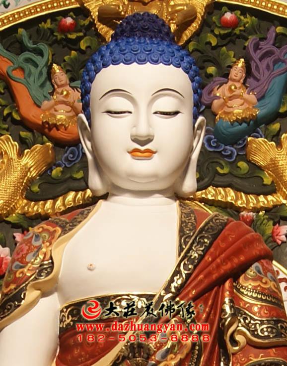 五方佛之毗卢遮那佛彩绘佛像正面近照
