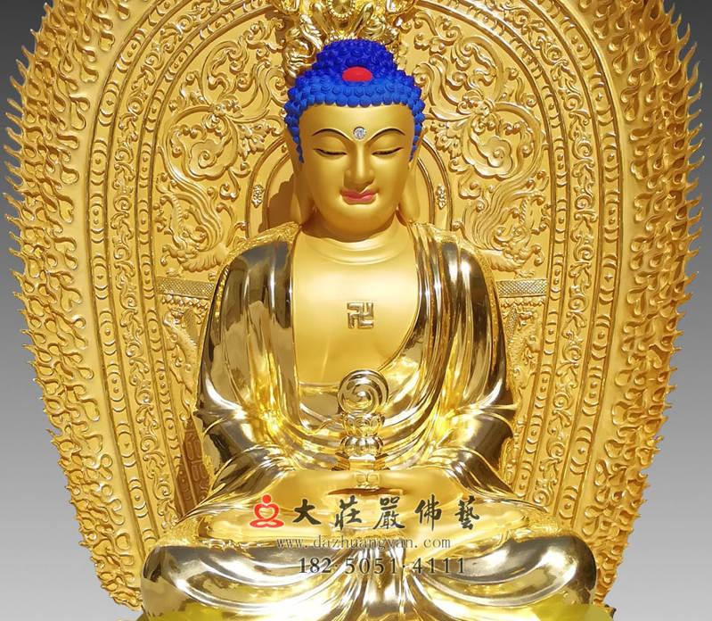 铜雕三宝佛之释迦牟尼佛正面近照贴金佛像