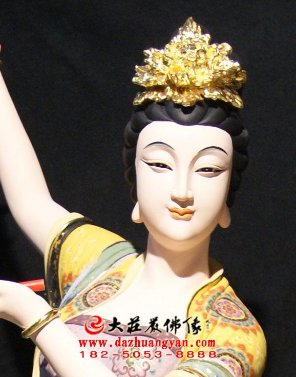 铜像鼓手伎乐天彩绘神像特写