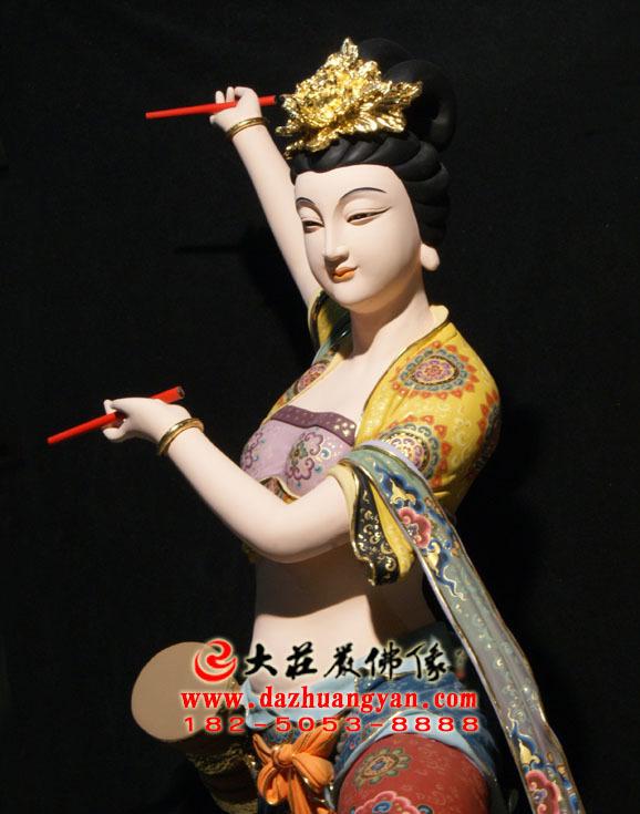 铜像鼓手伎乐天彩绘神像侧面近照